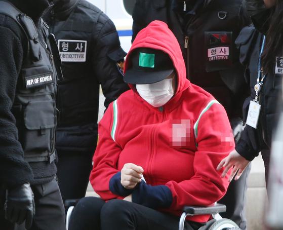 8살 딸을 숨지게 한 혐의를 받는 A씨(44)가 지난 1월17일 오후 영장실질심사를 받기 위해 인천시 미추홀구 인천지법으로 들어서고 있다. 연합뉴스