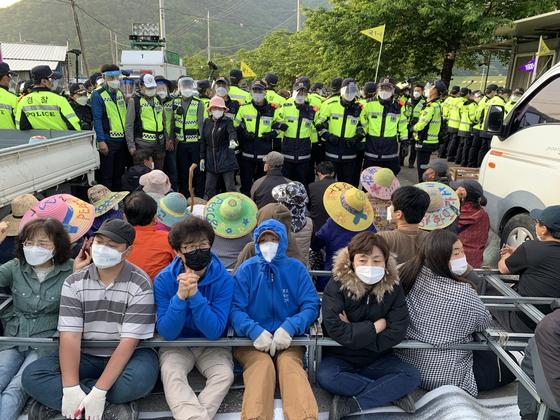 (서울=뉴스1) 이성철 기자 = 14일 오전 사드(THAAD·고고도미사일방어체계)기지 입구인 경북 성주군 초전면 소성리 마을회관 앞 도로에 사드기지로 들어가는 공사차량 등을 저지하기위해 길을 막은 주민들이 경찰과 대치하고 있다. 뉴스1