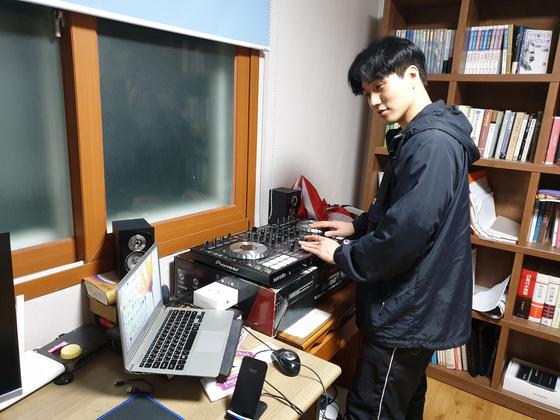 비보이 장영준씨는 집을 연습장 삼아 살고 있다. 김준희 기자
