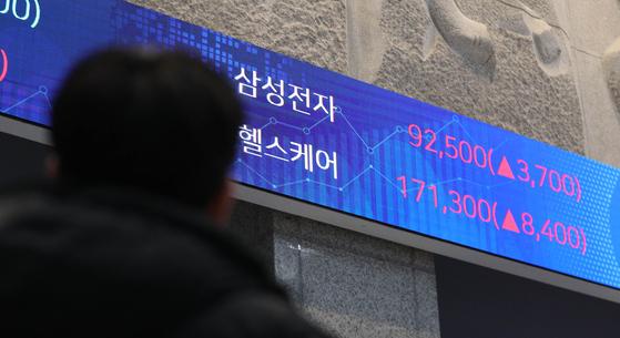삼성전자 주가가 장중 9만원 선을 넘긴 지난 1월 11일. 한때 '10만전자'에 대한 기대감을 키웠지만, 5월 14일 오전 8만원 아래에서 움직이고 있다. 사진은 서울 여의도 한국거래소 로비 전광판 모습. 뉴스1