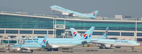 대한항공 항공기가 인천국제공항에서 이륙하고 있다. [뉴스1]