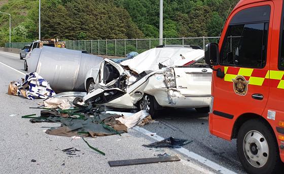 충북 당진영덕고속도로에서 화물차의 낙하물 사고가 발생해 승합차에 타고 있던 9세 아동이 숨졌다. [충북소방본부 제공]