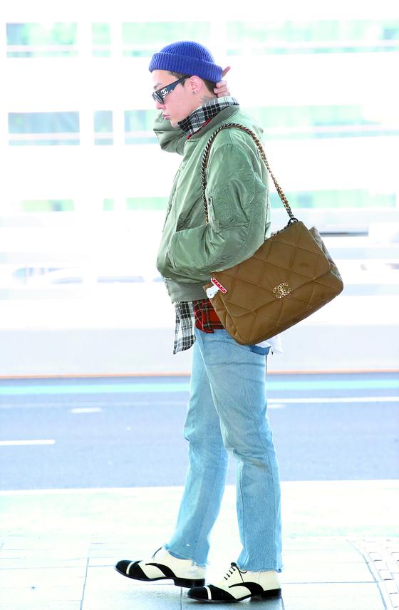 샤넬백을 매고 등장한 가수 지드래곤. 지드래곤은 10년째 샤넬의 공식 뮤즈이자 글로벌 앰배서더로 활동 중이다. 뉴스1