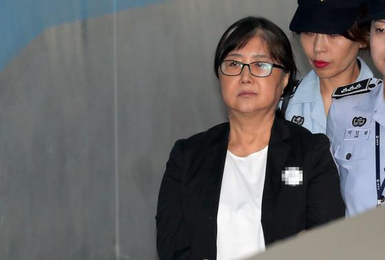 최서원(개명 전 최순실)씨가 지난 2018년 8월 항소심 공판에 출석하기 위해 서울고법으로 이동하고 있는 모습. 뉴스1