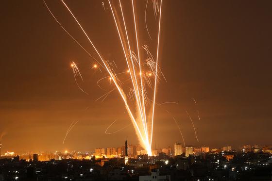 14일 가자지구에서 이스라엘을 향해 발사되는 로켓. [AFP=연합뉴스]