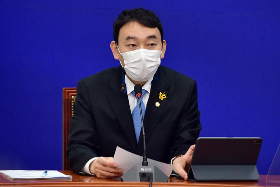 김용민 더불어민주당 최고위원이 3일 오전 국회에서 열린 첫 최고위원회의에서 발언을 하고 있다. 오종택 기자
