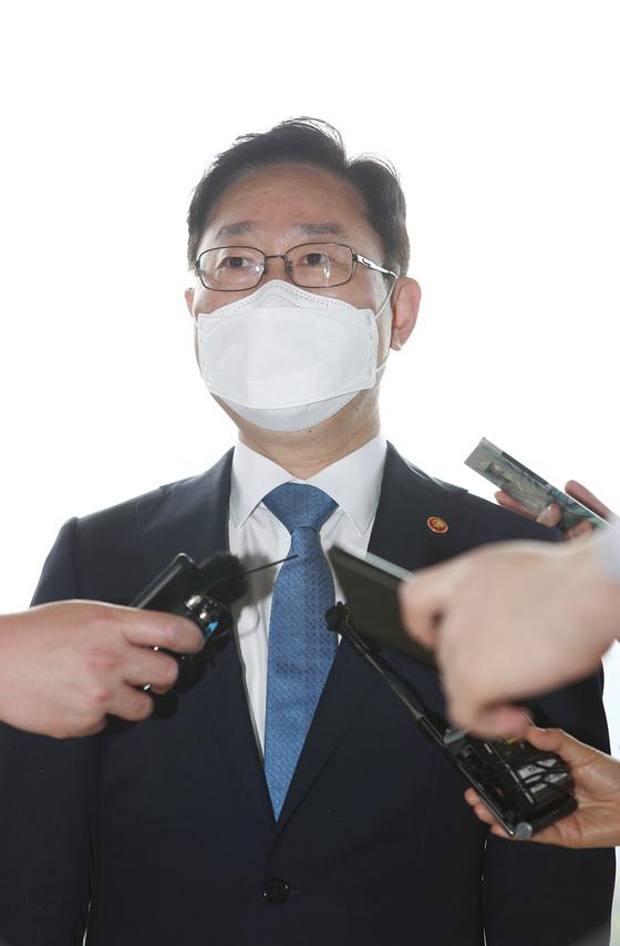 박범계 법무부 장관이 14일 오전 정부과천청사 법무부로 출근을 하며 취재진의 질문을 받고 있다. 뉴스1