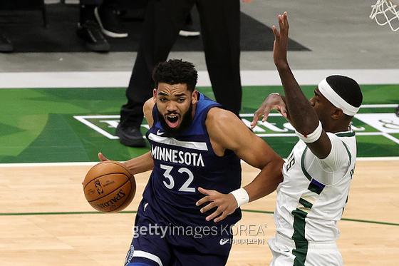 야구스타 알렉스 로드리게스가 NBA 구단 미네소타 팀버울브스를 인수했다. 사진은 돌파를 시도하는 미네소타의 칼 앤서니 타운스(왼쪽). [사진=게티이미지]