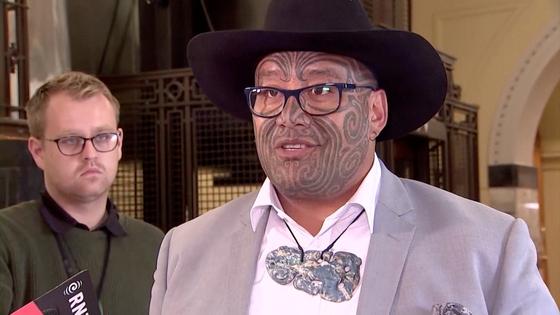 뉴질랜드 마오리당 공동대표인 라위리 와이티티는 지난 12일(현지시간) 의회에서 의장의 착석 요구를 거부하고 전통춤을 추다가 쫓겨났다. [로이터=연합뉴스]