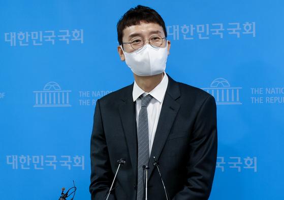 김웅 국민의힘 의원이 13일 오전 서울 여의도 국회 소통관에서 당대표 경선에 출마를 선언한 뒤 기자들의 질문에 답변하고 있다. 오종택 기자