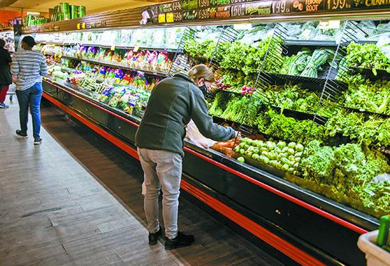 지난달 미국 소비자물가 상승 폭이 약 13년 만에 최고를 기록했다. 12일 뉴욕의 한 슈퍼마켓에서 고객이 물건을 고르고 있다. [신화=연합뉴스]
