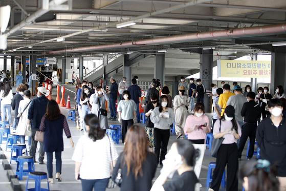 지난 13일 오후 광주 북구보건소에 코로나19 검사를 받기 위한 시민들이 줄지어 있다. 뉴스1