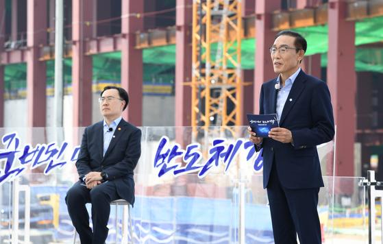김기남 삼성전자 부회장(오른쪽)이 13일 삼성전자 평택단지 3라인 건설현장에서 열린 K-반도체 전략보고에서 향후 투자계획을 발표하고 있다. [청와대사진기자단]