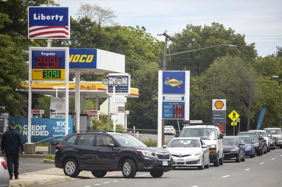송유관 회사의 가동이 중단되며 미국 버지니아 주 한 주유소에 차들이 줄을 서서 주유 순서를 기다리고 있다. /EPA=연합뉴스