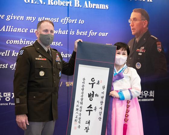 로버트 에이브럼스 주한미군사령관(왼쪽)이 13일 서울 밀레니엄힐튼호텔에서 열린 환송 행사에서 우현희 한미동맹친선협회장으로부터 한국이름 '우병수'가 쓰인 족자를 선물 받고 있다. [뉴스1]