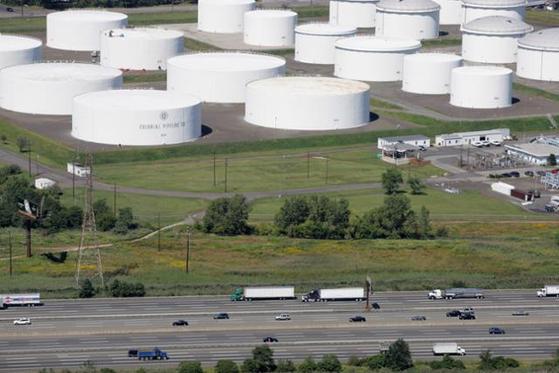 미국 뉴저지주 린든에 위치한 콜로니얼 파이프라인의 석유 저장시설. 시설 앞 미국 95번 고속도로에서 차량들이 지나가고 있다. [AP=연합뉴스]