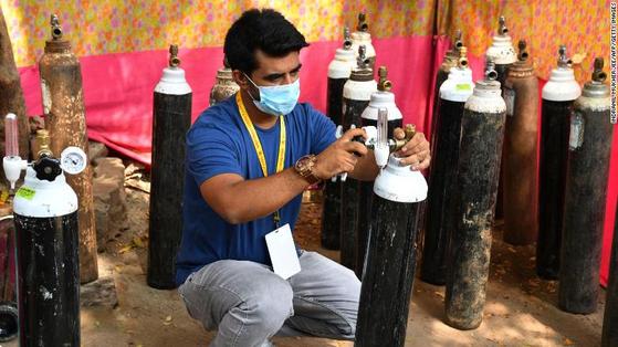 인도 뭄바이에 거주하는 샤나와즈 샤이크(32)가 산소실린더를 정비하고 있다. 그는 뭄바이의 코로나19 환자들에게 무료로 의료용 산소 등을 제공하는 '산소 인간'으로 유명하다. [CNN 캡처]