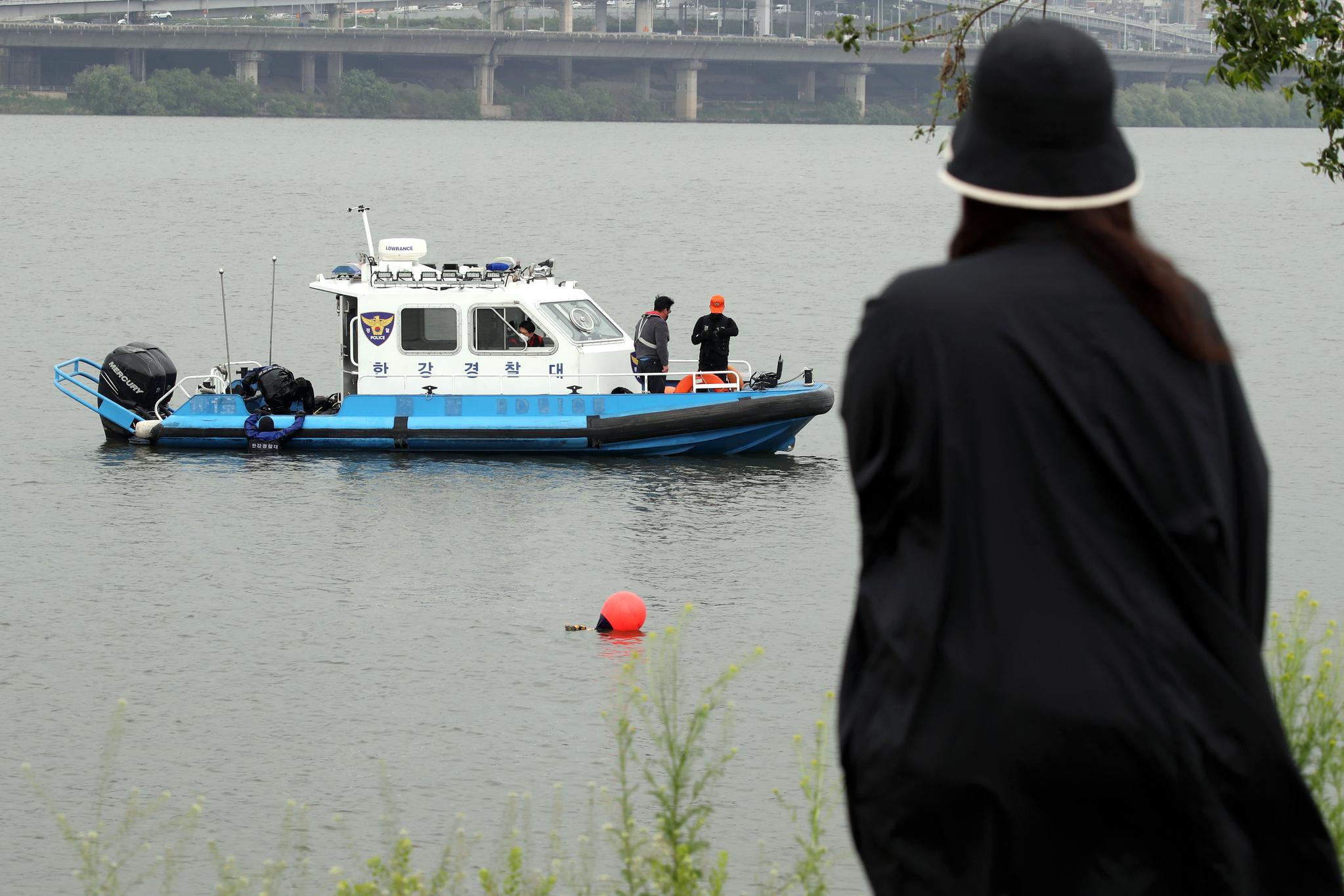 경찰이 서울반포한강에서 수중 수색 작업을 벌이고 있다. 뉴스1