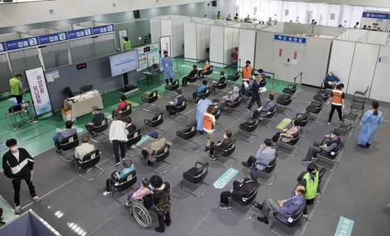 지난 14일 오후 서울 서대문구 신종 코로나바이러스 감염증(코로나19) 예방접종센터에서 시민들이 백신예방접종을 위해 대기하고 있다. 뉴스1