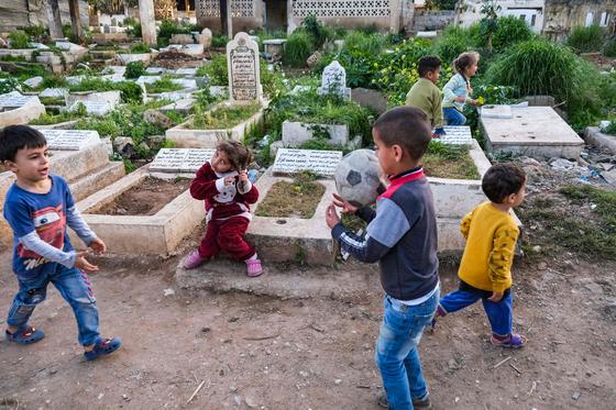 레바논 트리폴리의 묘지에서 아이들이 뛰노는 모습. 이 아이들의 상당수는 묘지에 위치한 거주지에서 나고 자랐다. [AFP=연합뉴스]