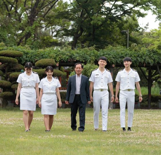 김상환 선생님(가운데)과 정복을 갖춰입은 인천해사고 학생들이 교정을 걷고 있다. 사진 인천해사고 제공