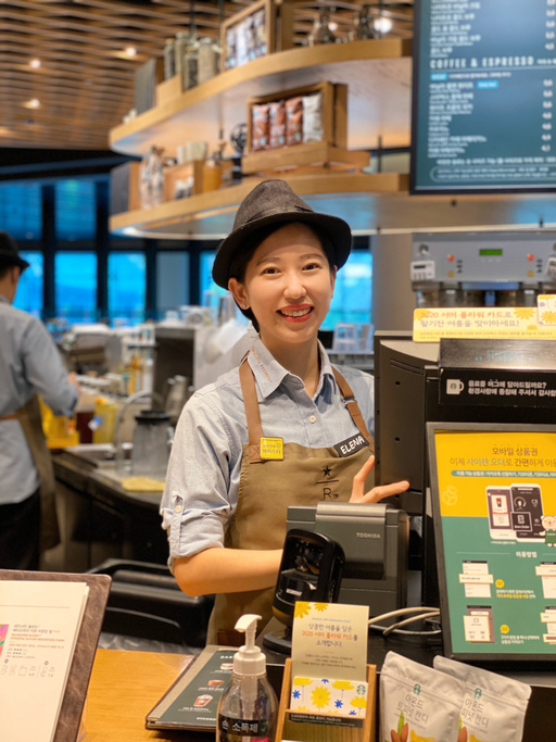 최예나 부점장. 그의 앞치마 오른쪽에는 '청각장애 바리스타'라고 적혀있는 노란색 뱃지가 달려있다. 스타벅스 제공