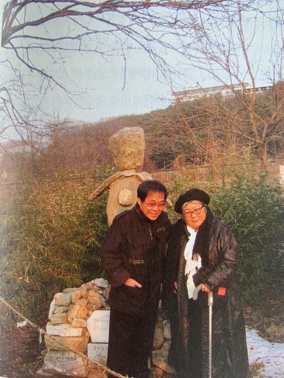 백남준의 부인 구보타 시게코와 조영남씨. 2008년 용인 한국미술관에서 열린 백남준 2주기 추모전에 나란히 작품을 출품했다. [사진 조영남]