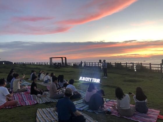 지난 2019년 7월 제주 바닷가에서 제주관광협회가 운영한 '야밤버스' 프로그램 가운데 하나인 야외공연이 열리고 있다. [사진 제주관광협회]