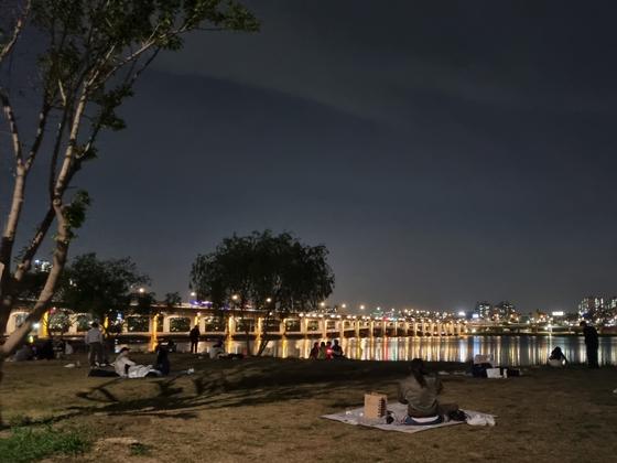 지난 6일 오후 10시쯤 서울 반포한강공원에는 야외 피크닉을 즐기러 나온 시민들로 북적였다. 최연수기자