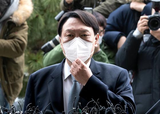 윤석열 전 검찰총장이 지난 3월 4일 오후 서울 서초동 대검찰청으로 들어가기 전 입장을 밝히고있다. 윤 전 총장은 이날 사퇴했다. 임현동 기자