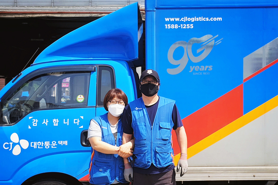 CJ대한통운 부부 택배기사 정운철씨(오른쪽)와 최은영씨. 사진 CJ대한통운