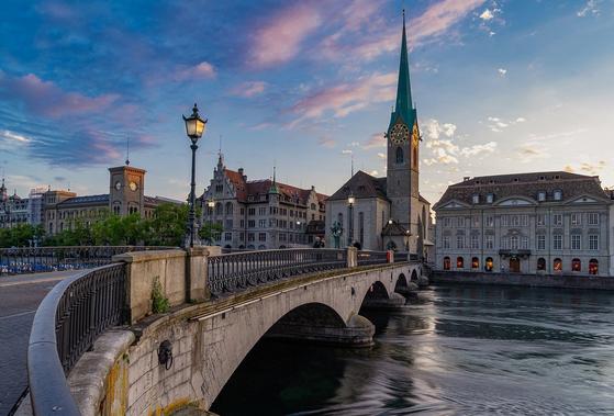 1831년 벨리니가 발표한 '몽유병의 여인'은 바로 스위스의 평화로운 마을을 배경으로, 사람들이 오해나 질투로 인해 갈등을 겪지만 마침내 진정한 사랑을 얻는다는 이야기다. [사진 pixabay]