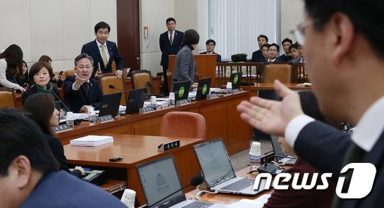 장재원 새누리당 의원(오른쪽)과 표창원 민주당 의원이 2016년 12월 1일 오전 서울 여의도 국회에서 열린 안전행정위원회 전체회의에서 설전을 벌이고 있다. 뉴스1