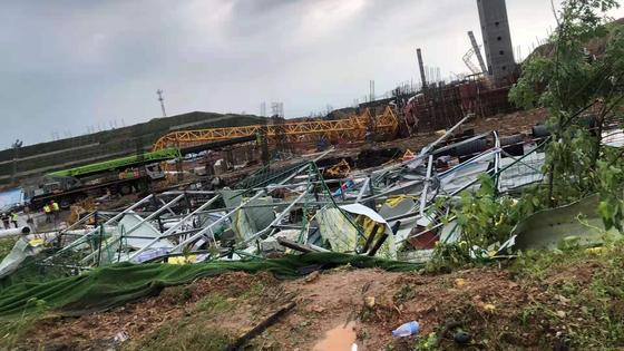 14일 저녁 중국 후베이 우한을 덮친 토네이도로 공장과 타워크레인이 파손됐다. [신경보 캡처]