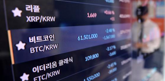 . 14일 오후 서울 강남구 빗썸 강남센터 라운지 전광판에 비트코인 시세가 표시되고 있다.뉴스1