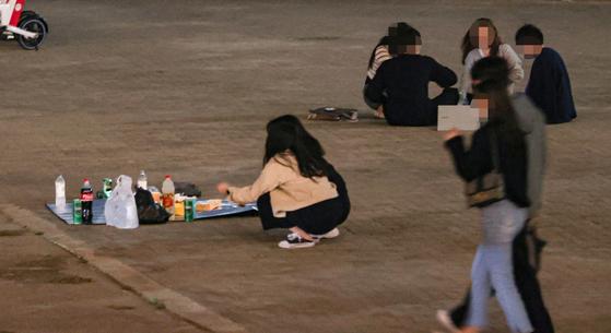 지난달 26일 오후 10시 30분이 넘은 서울 서초구 한강시민공원에서 일부 시민들이 음주를 즐기고 있다. 연합뉴스