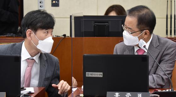 국민의힘 하태경 의원(왼쪽)과 무소속 홍준표 의원. 연합뉴스