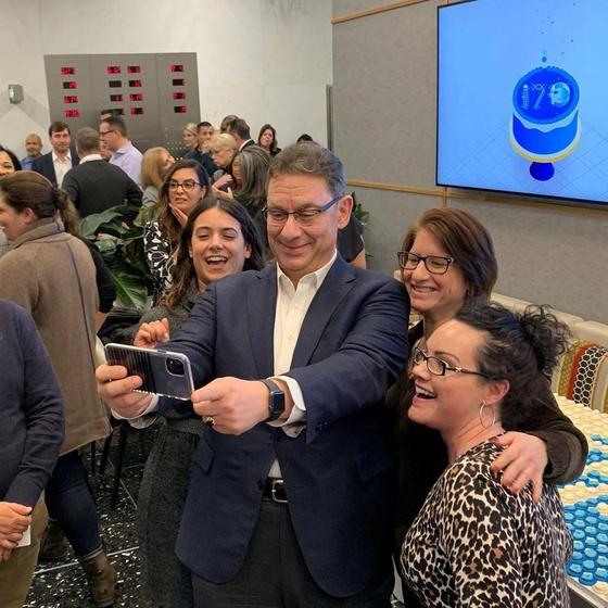 앨버트 불라 화이자 CEO가 2019년 1월 화이자 창립 170주년 기념 행사에서 직원들과 기념 촬영을 하고 있다.[페이스북 캡처]