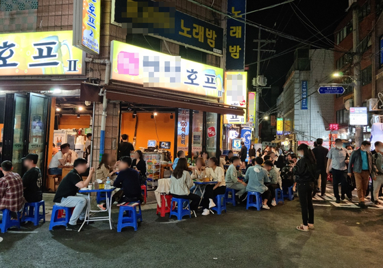 서울 중구에 있는 '을지로 노가리골목'이 지난 12일 오후 젊은 남녀들로 북적이고 있다. 김지혜 기자