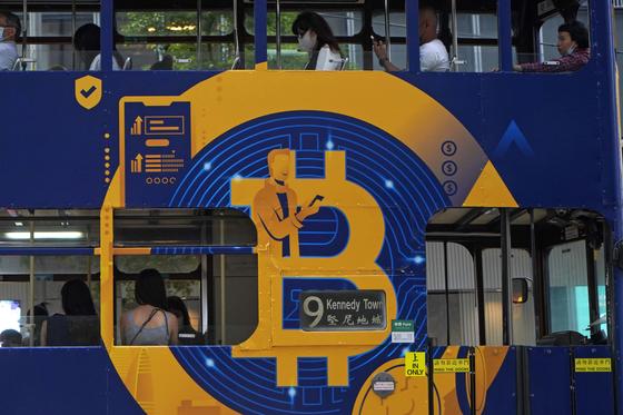 지난 12일 홍콩의 대중교통수단인 트램 차량 겉면에 비트코인 광고판이 둘러져 있다.[AP=연합뉴스]