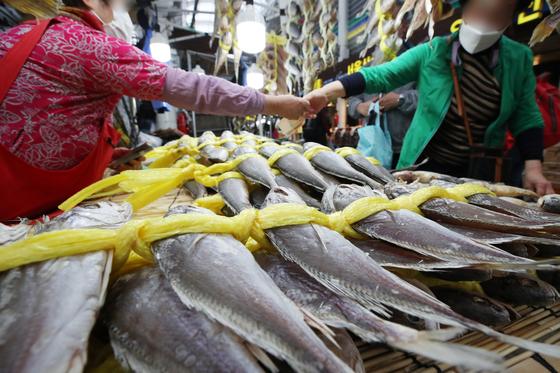 정부가 먹거리 물가 상승에 대응하기 위해 비축·수입 물량을 시중에 공급한다. 사진은 지난달 서울 동대문구 청량리종합시장에서 조기를 사는 시민. 뉴스1