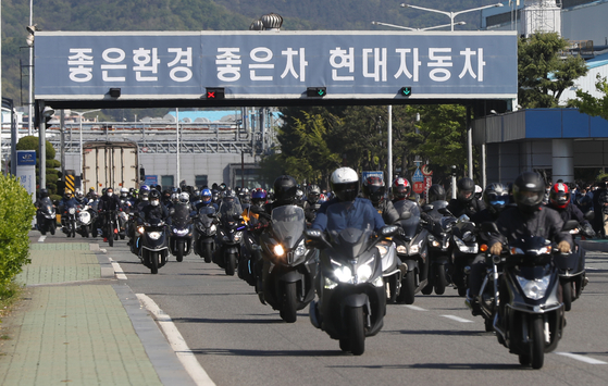 현대차 울산 공장에서 주간 근무자들이 퇴근하고 있다. [연합뉴스]