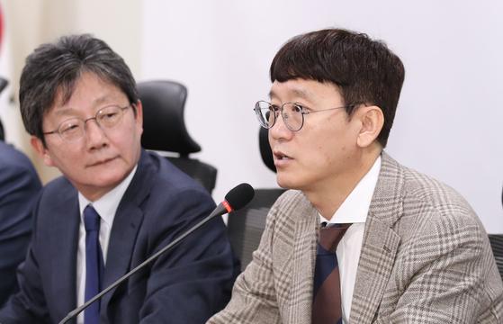 2020년 2월 4일 새로운보수당에 영입된 김웅 의원(오른쪽). 왼쪽은 유승민 전 의원. 뉴시스