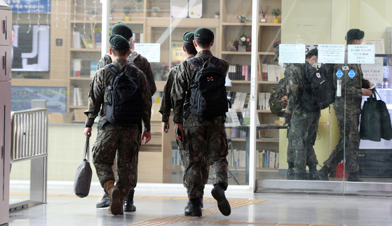 서울역 대합실에서 군인들이 발걸음을 옮기고 있다. 이 사진은 기사와 관련이 없음. [뉴스1]