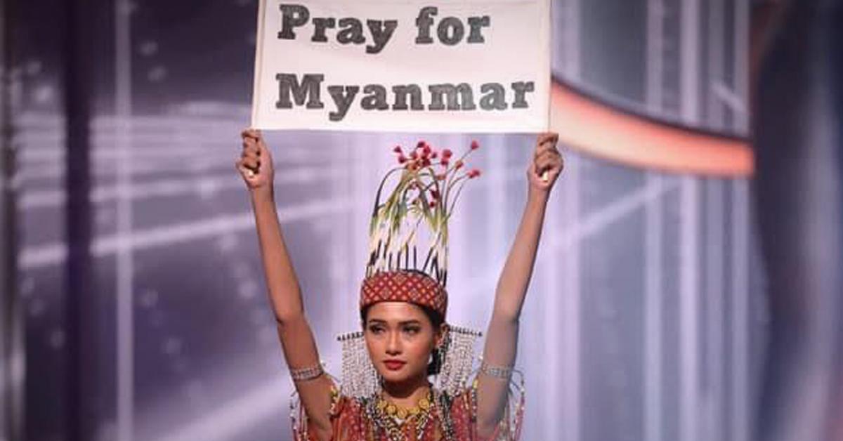 지난 13일(현지시간) 미국 플로리다주 하드록 호텔에서 열린 미스 유니버스 대회에서 미얀마 대표 투자 윈 릿이 '미얀마를 위해 기도를'이라는 글이 적힌 팻말을 펼쳐보이고 있다. 연합뉴스