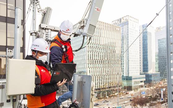 SK텔레콤은 3·4세대(G) 장비 통합 및 업그레이드로 약 53%의 전력 사용량 절감 효과를 내는 '싱글랜 기술'을 통해 통신분야 최초로 온실가스 감축을 인정받았다. [사진 SK텔레콤]