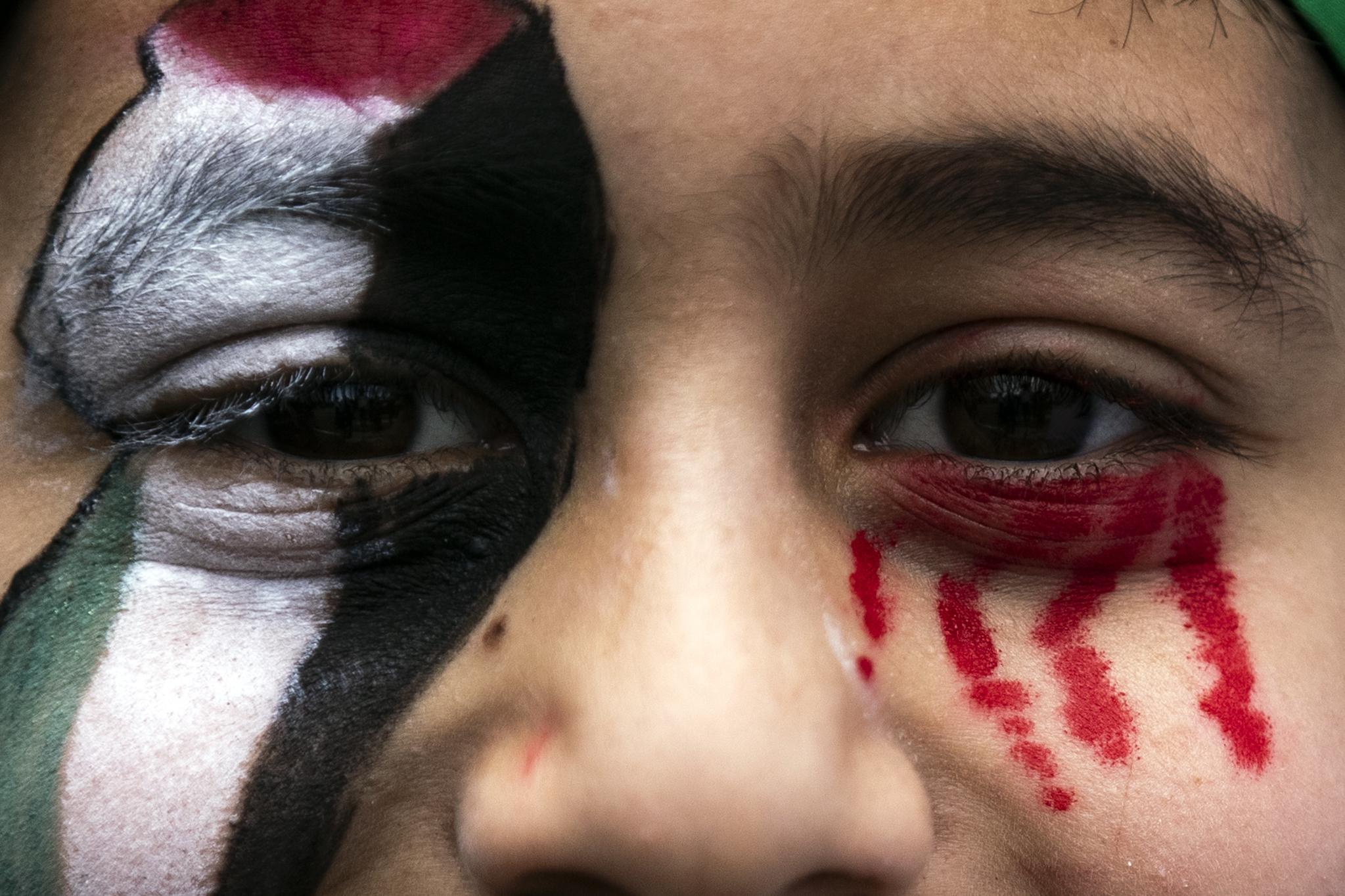 15일 미국 캘리포니아 LA에서 열린 팔레스타인 지지 시위에 참가한 소년이 팔레스타인 깃발과 피눈물로 페이스 페인팅을 했다. EPA=연합뉴스