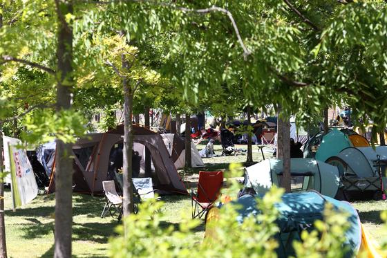 지난 9일 오후 시민들이 서울 망원한강공원에서 여유를 즐기고 있다. [연합뉴스]