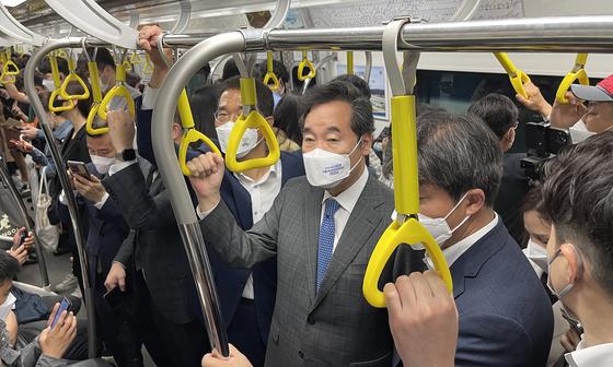 이낙연 더불어민주당 전 대표가 17일 오전 김포골드라인 장기역에서 김포공항역 구간에서 출근길 혼잡도를 체험하고 있다. 이낙연의원실 제공