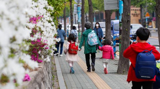 서울 시내 초등학교에서 마스크 쓴 학생들이 등교하고 있다. [뉴스1]